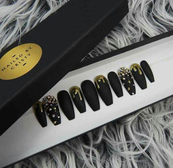 مدل طراحی ناخن با زمینه لاک سیاه و کریستال