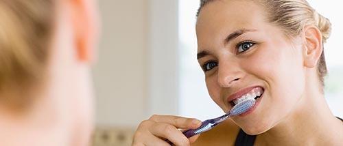 چطور دندان های سفید داشته باشیم : با مسواک زدن مداوم