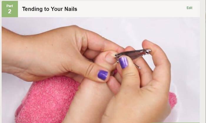 برای لاک زدن سطح ناخن پا در پدیکور دو لایه لاک بزنید.